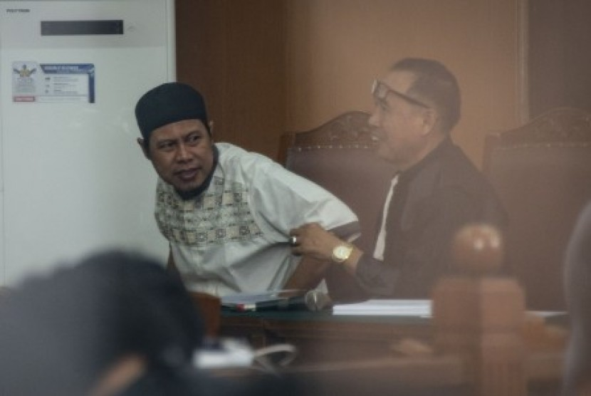 JAD leader Zainal Anshori alias Abu Fahry alias Qomaruddin bin M Ali (left) attends inaugural session of the hearing to disband Jamaah Ansharut Daulah (JAD) at South Jakarta District Court, Jakarta, Tuesday (July 24). Dalam sidang tersebut, JAD didakwa sebagai kelompok yang menggerakan teror di Indonesia dan telah menyebabkan jatuhnya korban jiwa dan kerusakan objek vital.