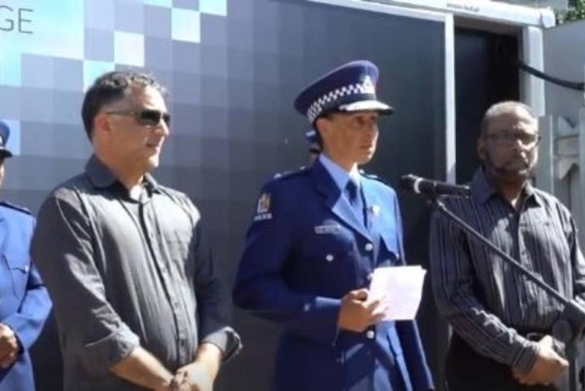 Pimpinan kepolisian Selandia Baru yang juga seorang Muslim Inspektur Naila Hassan saat menyampaikan pidato terkait penembakan di dua masjid di Christchurch, Selandia Baru, Sabtu (16/3).