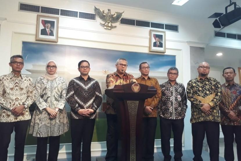 Pimpinan Komisi Pemilihan Umum (KPU) didampingi Staf Khusus Presiden Bidang Komunikasi, Johan Budi, memberikan keterangan pers usai bertemu Presiden Joko Widodo (Jokowi), Rabu (11/9).