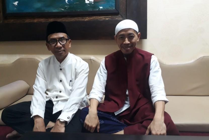 Pimpinan Majelis Az-Zikra, Ustaz Abdul Syukur (kanan peci putih) dan Ketua Yayasan Az-Zikra Ustaz Khotib Kholil (kiri) saat diwawancara di Ruang Abdurrahman, Masjid Az-Zikra, Sentul, Bogor, Senin (10/6).