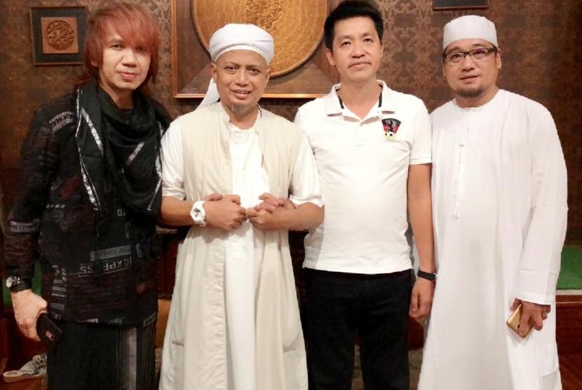 Pimpinan Majelis Az-Zikra, Ustaz Muhammad Arifin Ilham diapit dua mualaf baru Majelis Az-Zikra.