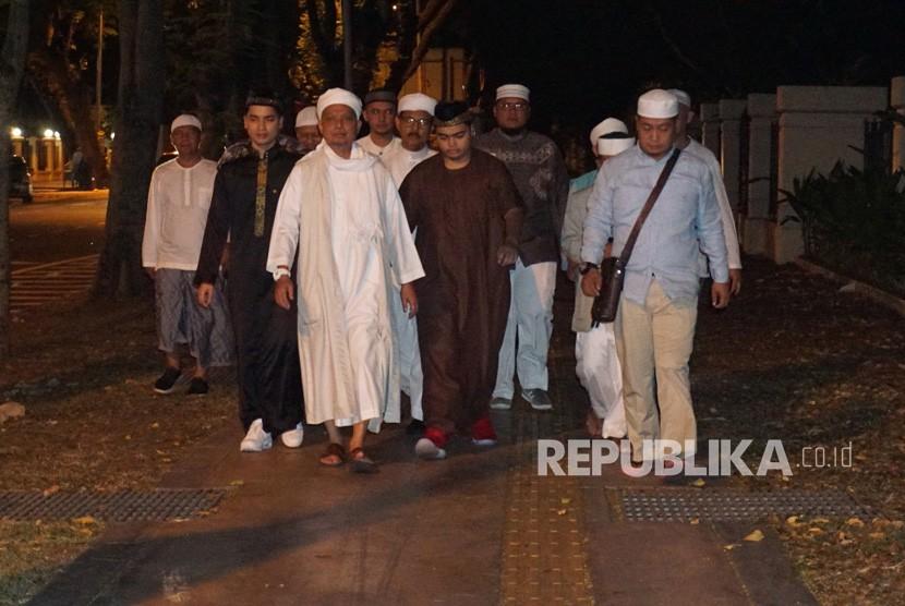Pimpinan Majelis Azzikra KH Muhammad Arifin Ilham (ketiga kiri) bersama para jemaah berjalan kaki dari Apartemen Mansion One ke Masjid Jamik Al-Munawar Kelawai di George Town, Penang, Malaysia, Senin (28/1/2019).