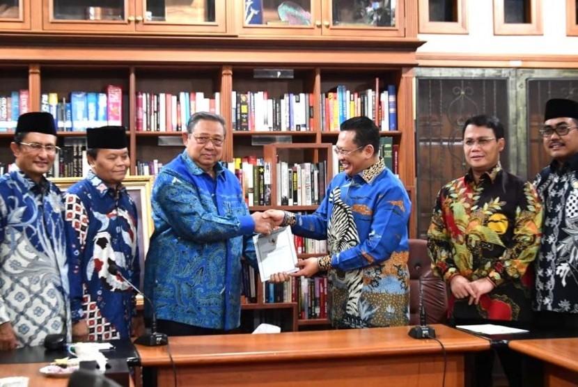 Pimpinan MPR menyampaikan undangan pelantikan presiden kepada Susilo Bambang Yudhoyono.