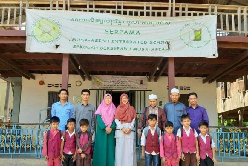 Pimpinan Perguruan Islam Ar Risalah, Muhammad Saleh Zulfahmi mengunjungi sekolah Islam di Kamboja.
