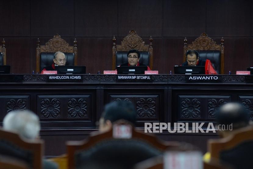Pimpinan Sidang MK Manahan MP Sitompul (tengah), Aswanto (kanan), dan Wahiduddin Adams saat sidang di Mahkamah Konstitusi (MK), Jakarta, Kamis (24/8).