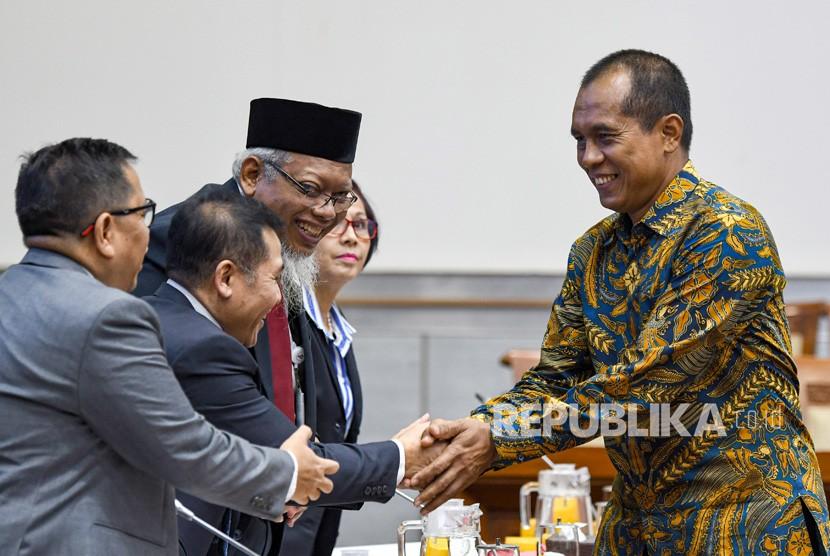 Pimpinan sidang yang juga Wakil Ketua Komisi I Abdul Kharis Almasyhari (kanan) menyalami Plt Direktur Utama LPP TVRI Supriyono (kedua kiri) disaksikan Direktur Program dan Berita Apni Jaya Putra (kedua kiri), Direktur Keuangan Isnan Rahmanto (kedua kanan), dan Direktur Pengembangan dan Usaha, Rini Padmirehatta, saat akan mengikuti Rapat Dengar Pendapat (RDP) jajaran Dewan Direksi TVRI dengan Komisi I DPR di Kompleks Parlemen, Jakarta, Senin (27/1/2020).