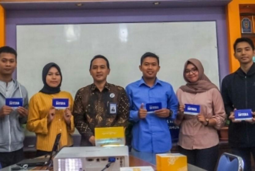 Pimpinan Yayasan Amikom dan Pimpinan Bank BPD DIY bersama 10  mahasiswa dan mahasiswi penerima bantuan CSR, Jumat (7/12).