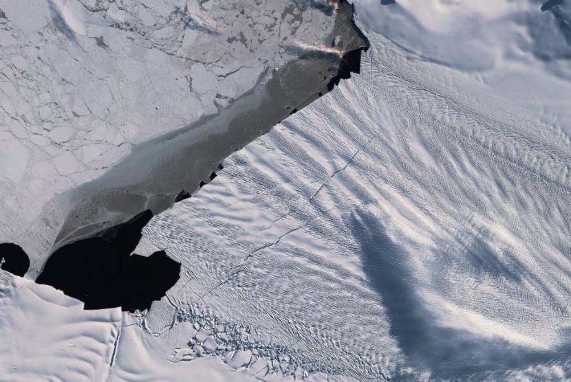Pine Island Glacier, salah satu gletser di Antartika runtuh, Sabtu (15/2).