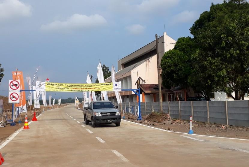 Pintu keluar tol Pandaan-Malang seksi I, Karanglo, Malang.