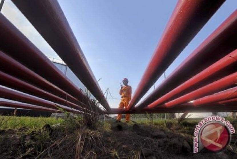 Pipa Pertamina yang mengaliri minyak mentah