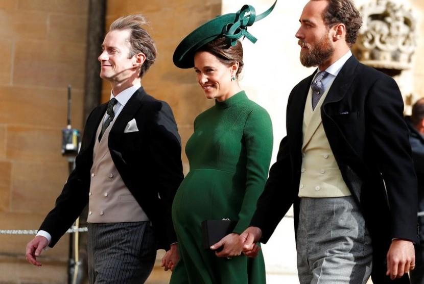 Pippa Middleton (tengah) saat menghadiri perkawinan Putri Eugenie, (12/10), beberapa hari sebelum melahirkan.