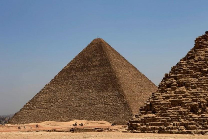 Piramida Giza di Mesir peninggalan Firaun yang binasa akibat kesombongannya mengaku tuhan