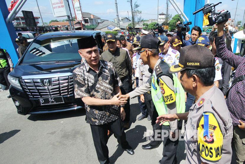 Pj Gubernur Jawa Barat, Komjen Pol M Iriawan diwawancara wartawan saat peninjauan arus balik, di Cileunyi, Kabupaten Bandung, Rabu (20/6).