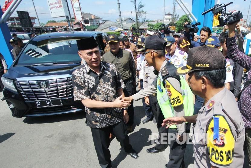Pj Gubernur Jawa Barat, Komjen Pol M Iriawan menyalami petugas saat peninjauan arus balik, di Cileunyi, Kabupaten Bandung, Rabu (20/6).