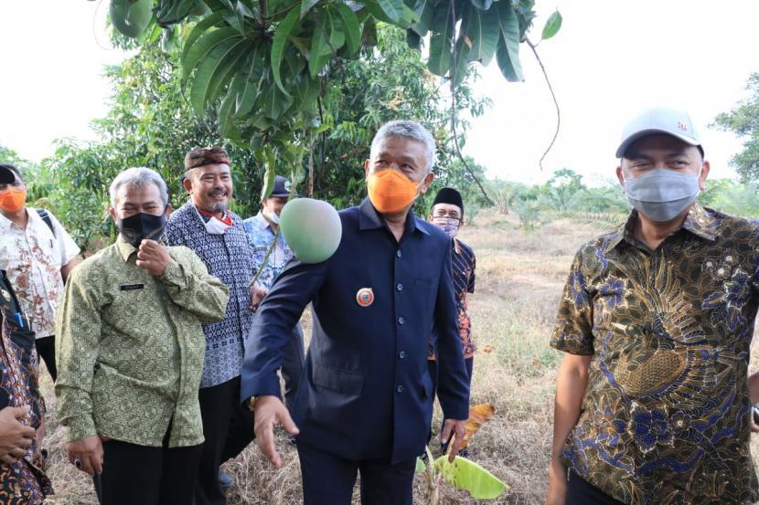Kepala Dinas Pemberdayaan Masyarakat dan Desa, Pemprov Jawa Barat, Bambang Tirtoyuliono (tengah)