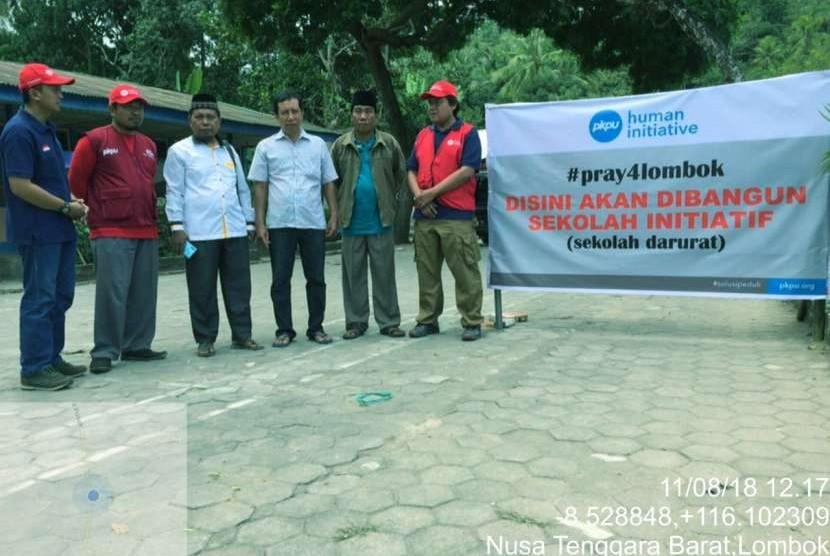PKPU HUman Initiative bersama warga Lombok membangun sekolah darurat.