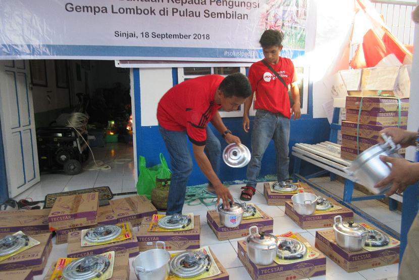 PKPU Human Initiative menyalurkan bantuan cooking set untuk para korban Lombok di Pulau Sembilan.
