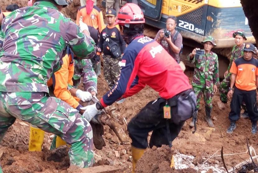 PKPU membantu evakuasi korban longsor di Ponorogo.
