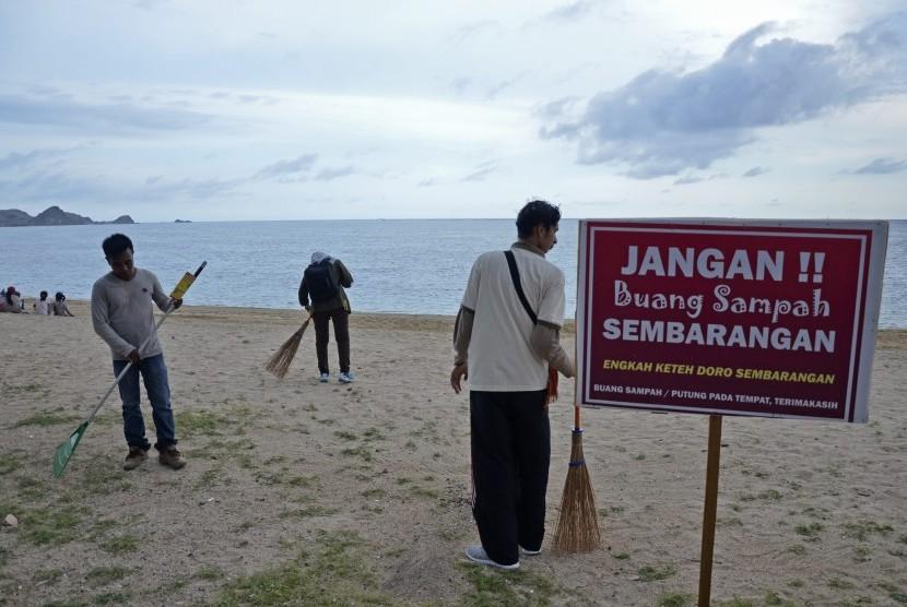 Plang pengumuman 'Jangan Buang Sampah Sembarang' (ilustrasi).