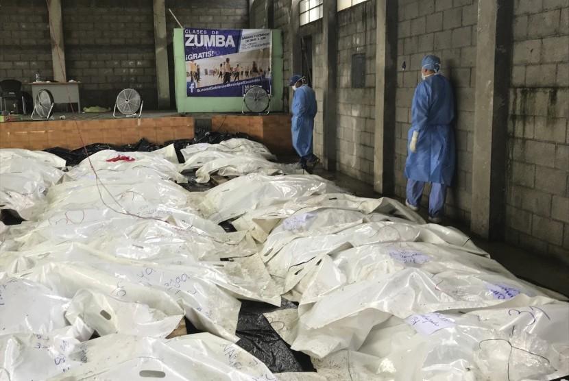 Plastik menutupi jenazah-jenazah korban letusan gunung berapi Fuego di Escuintla, Guatemala, Jumat (8/6).