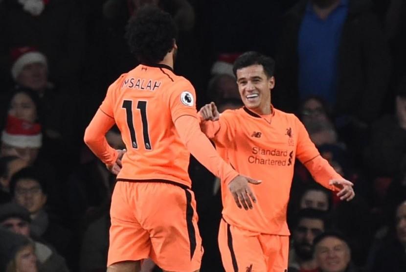Playmaker Liverpoo, Philippe Coutinho (kanan) menunjuk Mohamed Salah yang menjadi kreator golnya ke gawang Arsenal.