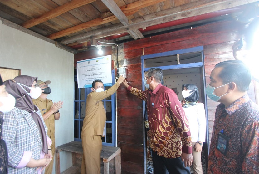 PLN berhasil mengalirkan listrik ke 11 desa terpencil yang berada di Kepulauan Riau (Kepri) pada Senin (14/6). Kehadiran listrik diharapkan bisa mempermudah warga dalam beraktivitas serta mampu mendorong perekonomian desa.