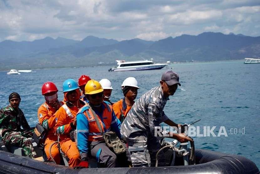 PLN memperbaiki infrastruktur kelistrikan yang sempat terganggu pascagempa di Gili Trawangan, Gili Air, dan Gili Meno, Kabupaten Lombok Utara, NTB, Sabtu (11/8).