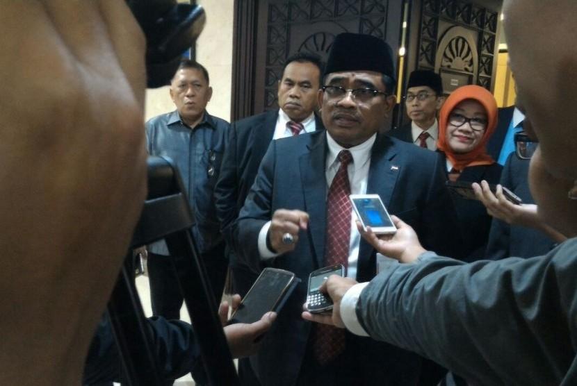 Plt Gubernur DKI Jakarta, Sumarsono (tengah).