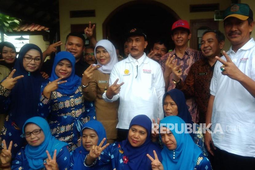 Plt kepala BKKBN Sigit Priohutomo, (kaos putih di tengah) dengan Penyuluh KB, Kader KB dan Tenaga Pendamping Desa Cikancana, Kabupaten Cianjur.