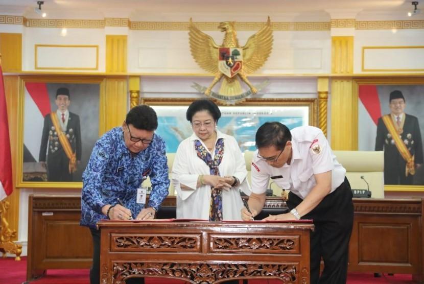 Plt Kepala BPIP Hariyono bersama Mendagri Tjahjo Kumolo melakukan MoU disaksikan Ketua Dewan Pengawah BPIP Megawati Soekarnoputri, Senin (20/5).