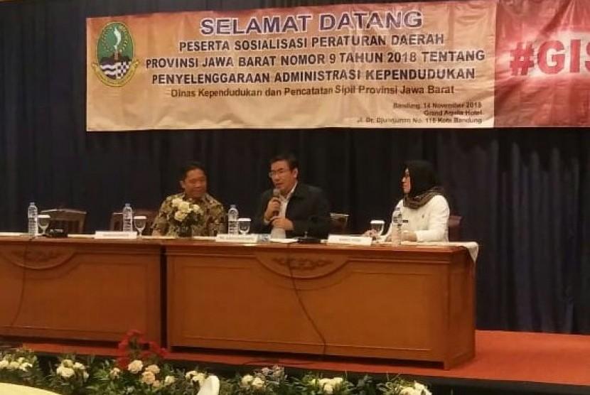 Plt Kepala Disdukcapil Jabar Hening Widiatmoko (tengah) menyampaikan sambutannya dalam sosialisasi Peraturan Daerah (Perda) Jabar nomor 9/2018 tentang Penyelenggaraan Administrasi Kependudukan di Hotel Grand Aquila, Kota Bandung, Rabu (14/11).
