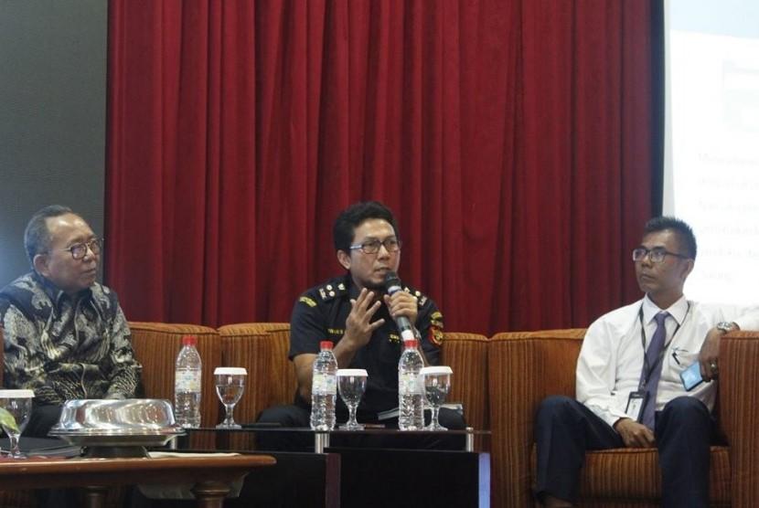 Plt. Kepala Seksi Kepatuhan Internal dan Penyuluhan Bea Cukai Donggala, Irwan Sakti Alamsyah menjelaskan fasilitas yang ada di Kawasan Ekonomi Khusus (KEK) dalam acara Forum Investasi dalam rangka memeriahkan HUT Provinsi Sulawesi Tengah ke- 55 Tahun, Selasa (9/4).