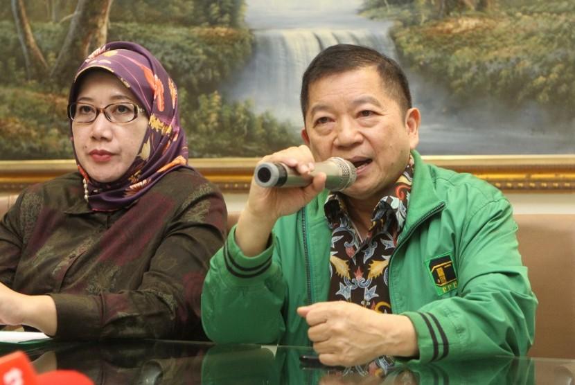 Plt Ketua Umum Partai Persatuan Pembangunan (PPP) Suharso Monoarfa (kedua kanan) didampingi Wakil Ketua Umum PPP Reni Marlinawati (tengah) memberikan keterangan pers terkait hasil rapat pengurus harian di kantor DPP PPP, Jakarta, Sabtu (16/3/2019).