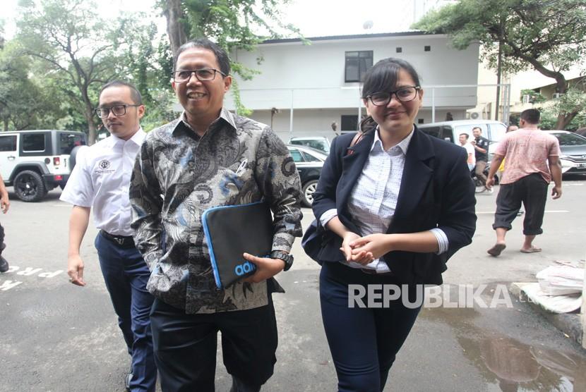 Plt Ketua Umum PSSI Joko Driyono (kiri) didampingi Sekretaris Jenderal PSSI, Ratu Tisha (kanan) menjawab pertanyaan wartawan saat akan menjalani pemeriksaan di Krimum, Polda Metro Jaya, Jakarta, Kamis (24/1/2019).