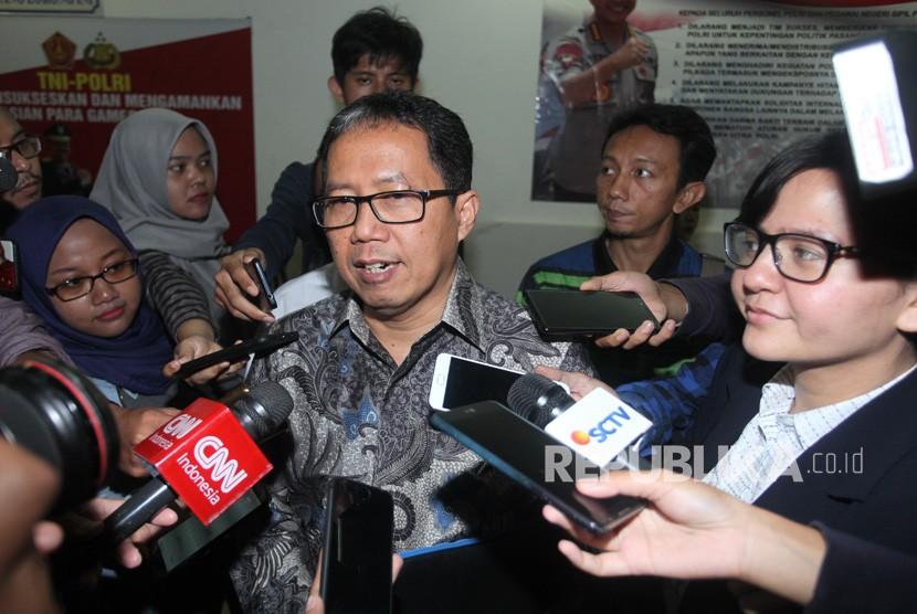Plt Ketua Umum PSSI Joko Driyono (tengah) didampingi Sekretaris Jenderal PSSI, Ratu Tisha (kanan) bersiap menjalani pemeriksaan di Polda Metro Jaya, Jakarta, Kamis (24/1/2019).