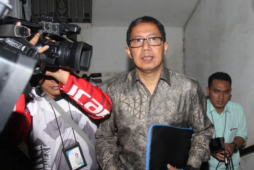 Plt Ketum PSSI Djoko Driyono: Plt Ketua Umum PSSI Joko Driyono (tengah) saat tiba di gedung Krimum sebelum menjalani pemeriksaan, Polda Metro Jaya, Jakarta, Kamis (21/2/2019).