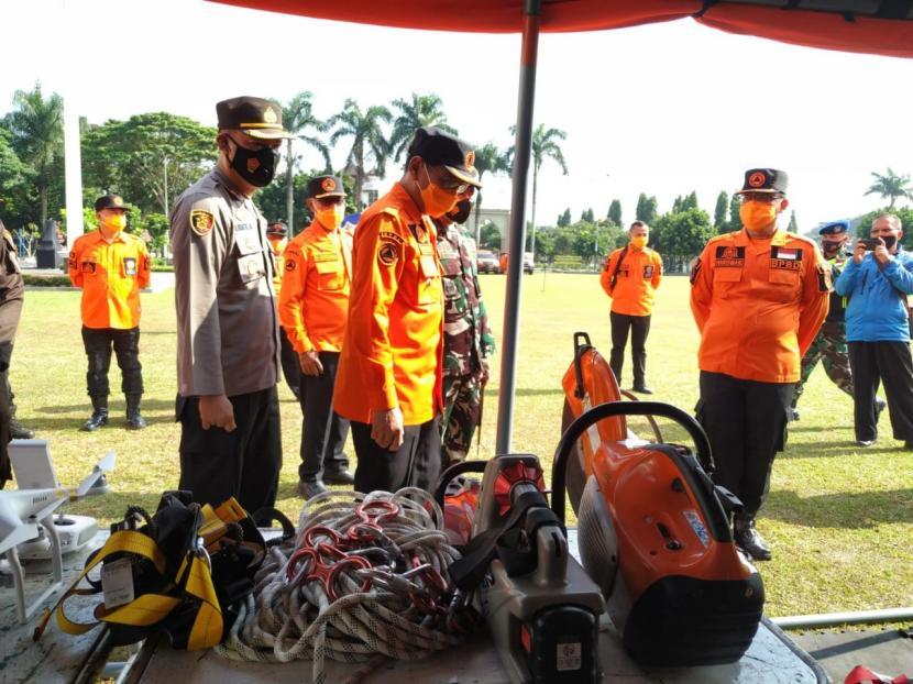 Pelaksana Tugas Wali Kota Tasikmalaya Muhammad Yusuf memeriksa peralatan penanggulangan bencana saat kegiatan Hari Kesiapsiagaan Bencana 2021 di haalman Bale Kota Tasikmalaya, Senin (26/4/2021).
