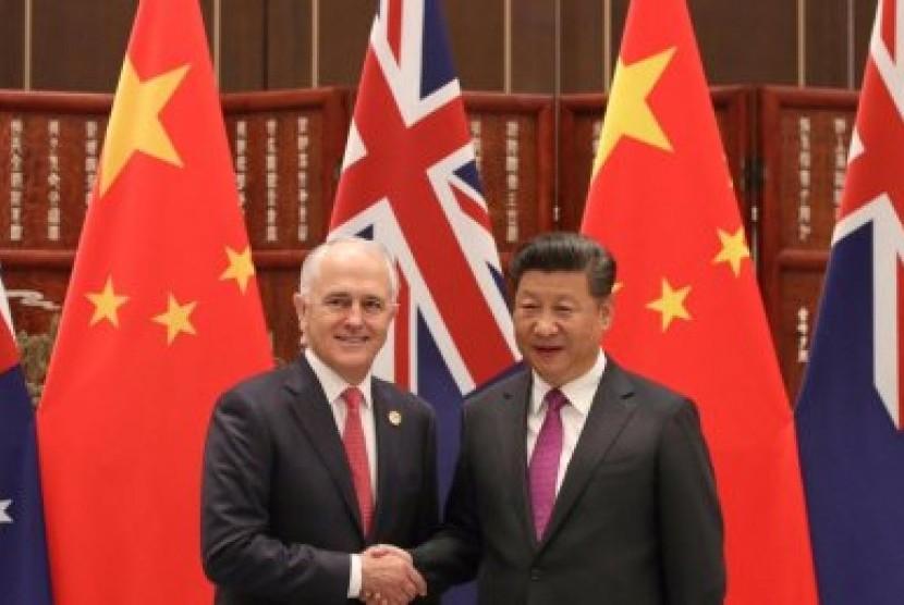 PM Australia Malcolm Turnbull (kiri) bersalaman dengan Presiden Cina Xi Jinping.