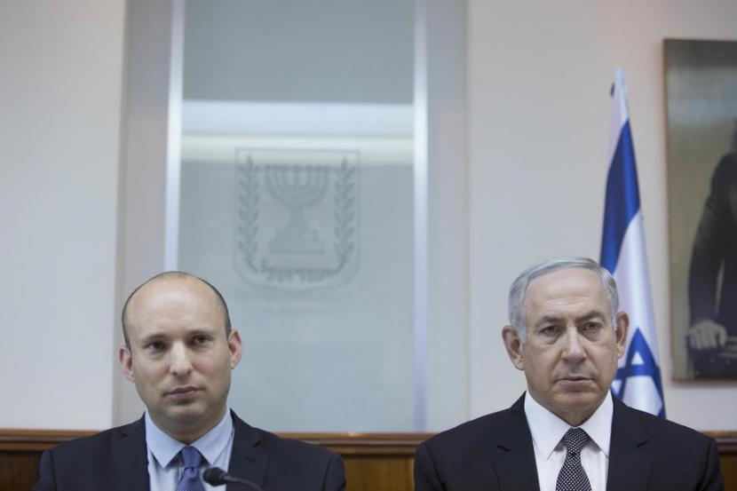 PM Israel yang baru Naftali Bennett (kiri) dan mantan PM Israel selama 12 tahun Benjamin Netanyahu.