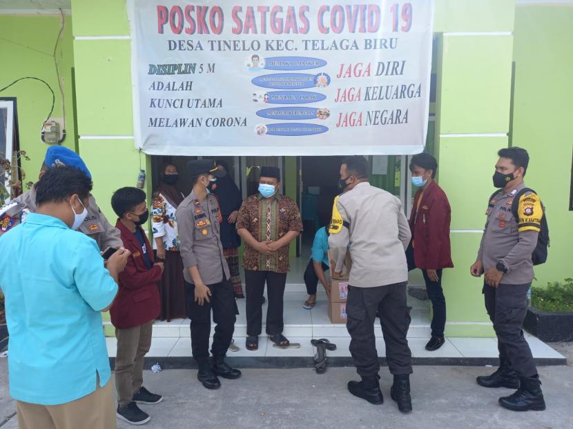 Polda Gorontalo memggandeng mahasiswa dalam menyalurkan bansos paket sembako untuk masyarakat yang tengah menjalani isoman.
