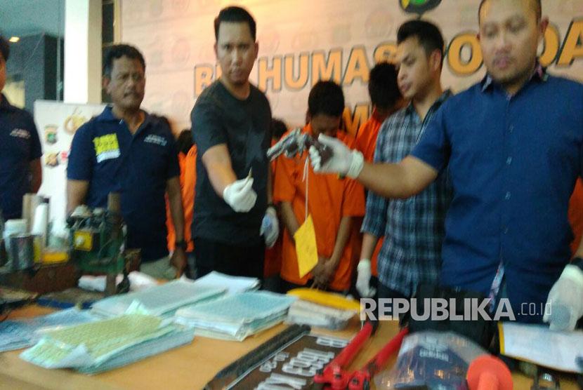 Polda Metro Jaya amankan Senpi (Senjata Api) Ilegal.