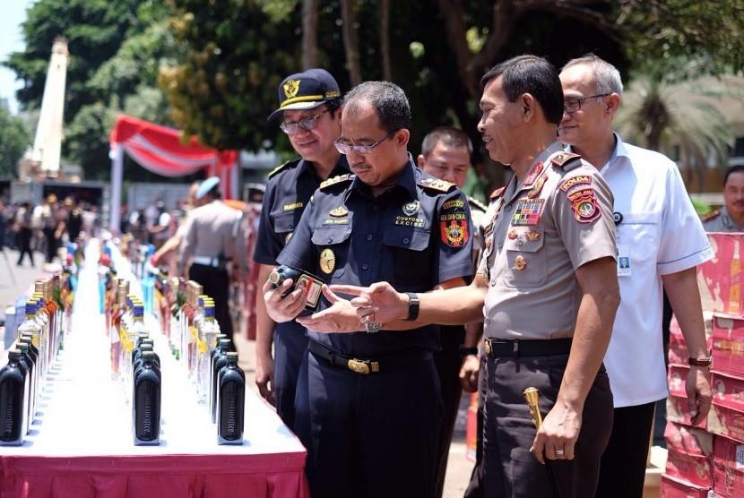 Polda Metro Jaya beserta Bea dan Cukai dan pihak terkait membongkar upaya penyelundupan 53.927 botol minuman keras ilegal asal Singapura yang masuk melalui Tanjung Pinang.