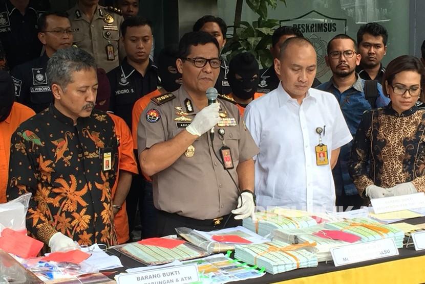 Polda Metro Jaya ungkap kasus pembuatan materai palsu dengan kerugian mencapai Rp 6 milliar, Senin (20/3).