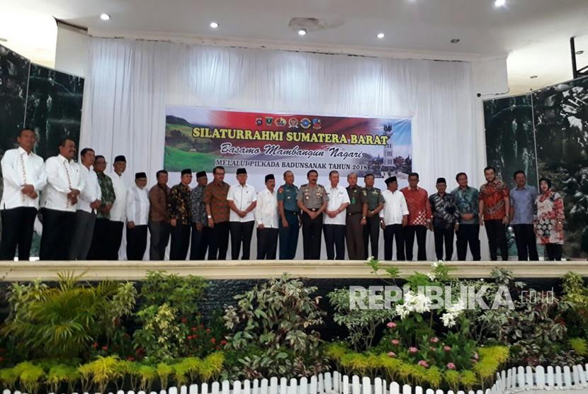 Polda Sumbar menggandeng seluruh perwakilan tokoh agama dan adat di Sumatra Barat untuk mengawal proses pilkada 2018. Seluruh paslon juga menyepakati ikrar 'Basamo Mambangun  Nagari melalui Pilkada Badunsanak'.