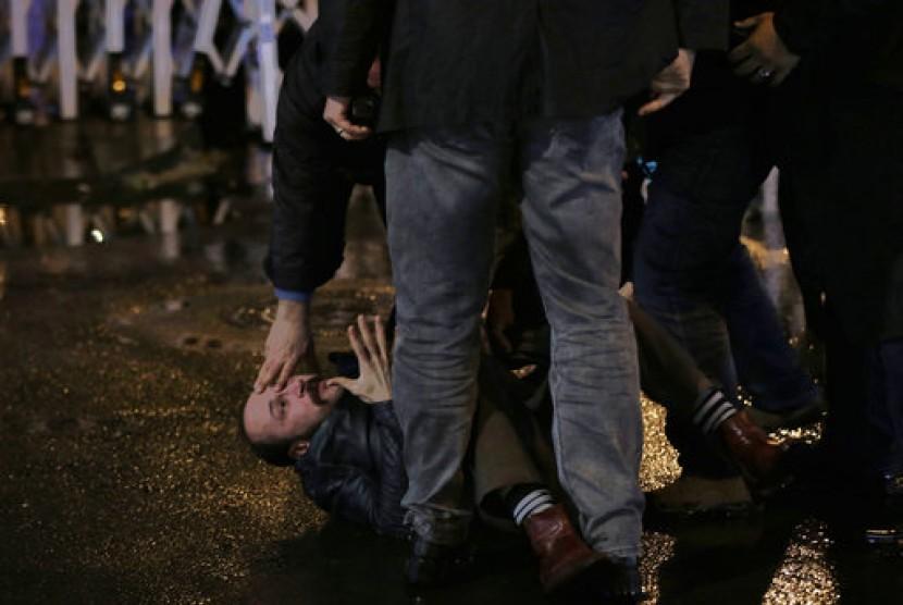 Polisi antihuru-hara menahan seorang pendemo di luar Dewan Pemilihan Tinggi di Ankara, Turki, Ahad, 16 April 2017. Mereka menentang referendum Turki.