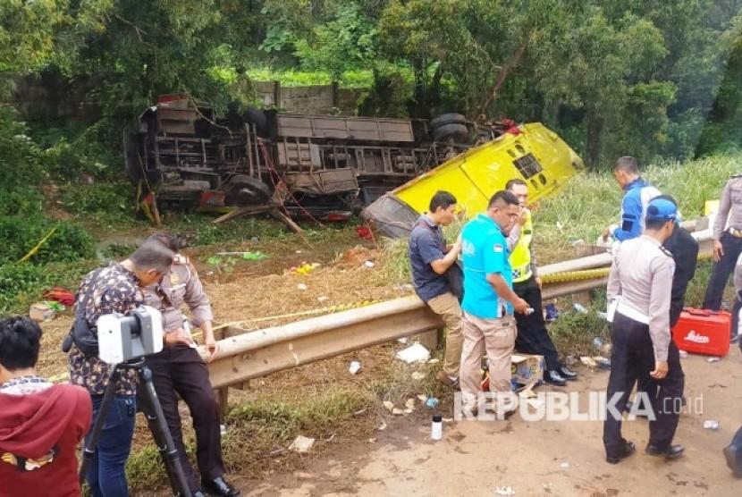 Polisi berada di lokasi kecelakaan bus Bima Suci Nopol A 7520 CS jurusan Bandung-Merak.