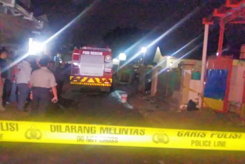 Polisi berjaga di dekat lokasi penemuan terduga pelaku bom di Bintara Jaya, Bekasi Barat, Sabtu (10/12).
