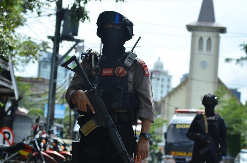 KNPI meminta agar aksi bom tak dikaitkan dengan agama tertentu. Polisi berjaga di depan Gereja Katedral Makassar Provinsi Sulawesi Selatan, Indonesia pada (28/3)