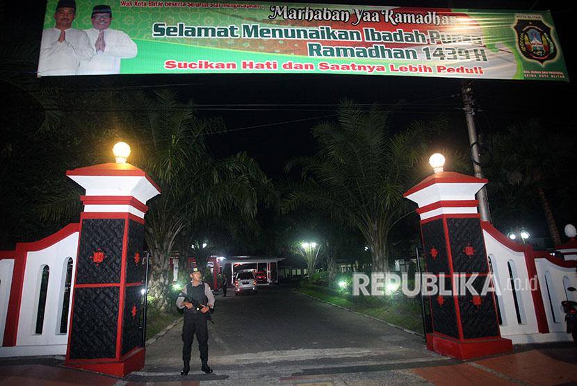 Polisi berjaga di depan rumah dinas Wali Kota Blitar saat sejumlah penyidik KPK melakukan penggeledahan di Blitar, Jawa Timur, Kamis (7/6).