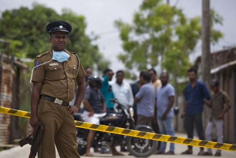 Polisi berjaga di lokasi baku tembak antara tentara dengan terduga militan di Kalmunai, Sri Lanka, Ahad (28/4).